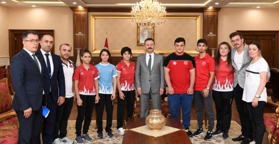 Vali  Aksoy, Avrupa ve Dünya Şampiyonasında Derece Yapan Sporcuları Ödüllendirdi