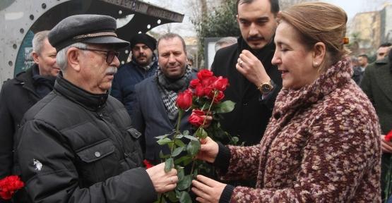 Gönül, Vatandaşları Çiçeklerle Karşıladı