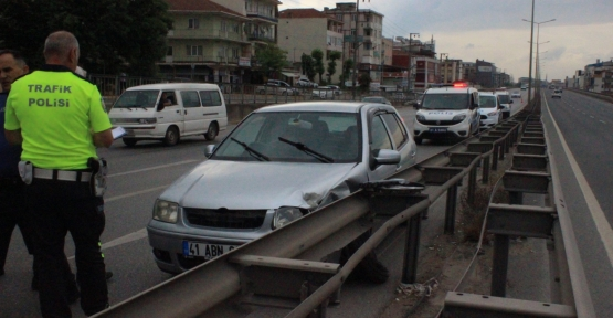 OTOMOBİL BARİYERLERE VURDU,2 YARALI..!