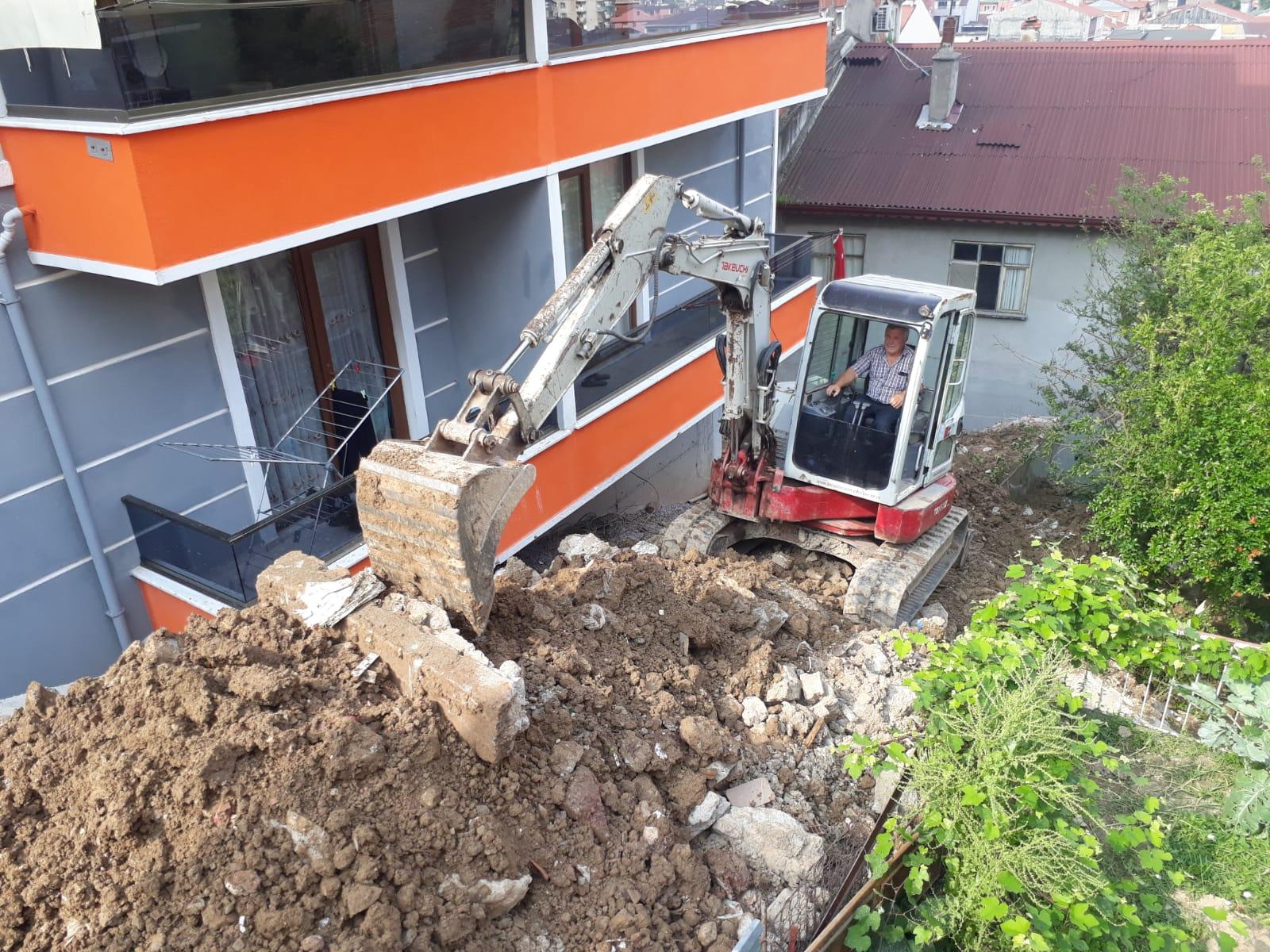Yıkılan Duvarı İzmit Belediyesi Yapıyor