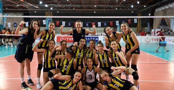 Yıldız Kızlar Voleybol Derbisini Fenerbahçe Kazandı
