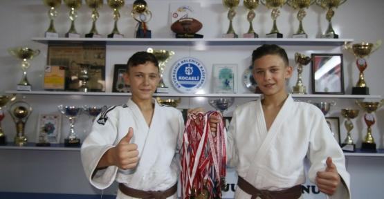 Bu ikizler hem judoda, hem okulda şampiyon