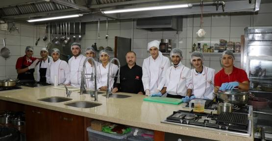 Beyaz Kalpler Aşçı Yardımcılığı Kursuna  yeni öğrenciler