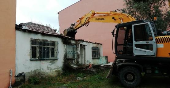 İzmit'te Mahallerde Tehlike Yaratan Binalar Yıkılıyor