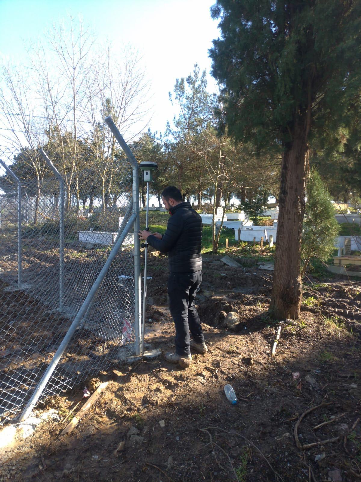 Kandıra Asri Mezarlığı'nın Etrafı Tel Çit İle Çevrildi