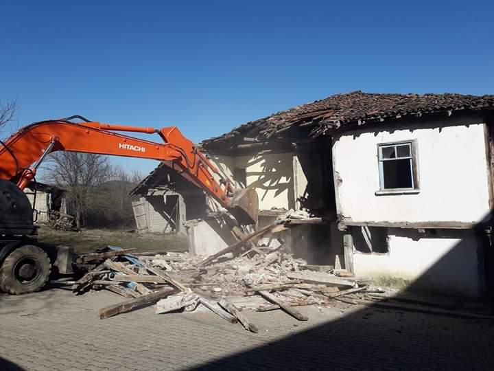 Körfez'de Orta Hasarlı 5 Bina Yıkıldı