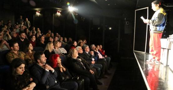 """Şehir Tiyatrolarının Yeni Oyunu """"Tamamen Doluyuz"""" Seyirciyle Buluştu"""