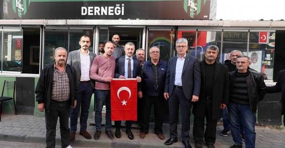 Başkan Büyükakın, Esnaf Ve Vatandaşlara Türk Bayrağı Hediye Etti