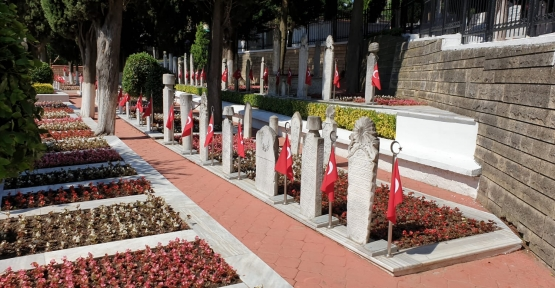 İzmit Namazgah Şehitliği Çiçeklerle Donatıldı