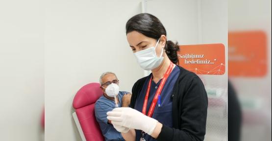 Sağlık Çalışanları Covid-19 Aşısı Olmaya Başladı