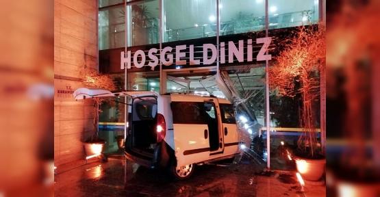 Polisten Kaçarken Belediye Binasına Daldı