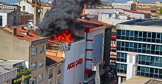 AVM'nin Çatısını Alevler Sardı