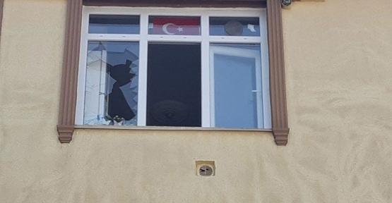 Kiracıların Camlarını Kırdı, Gözaltına Alındı