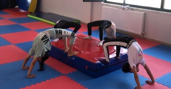 Cimnastikçiler Durmaksızın Çalışıyor
