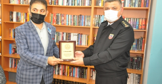Gazeteci Eranıl'a 'Şehit Kütüphaneleri' İçin Plaket Verildi