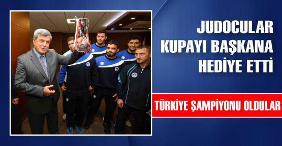 Judocular kupayı Başkan'a hediye etti