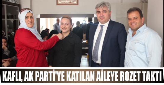 KAFLI, AK PARTİ'YE KATILAN AİLEYE ROZET TAKTI