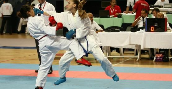 Karateci gençler nefes kesti