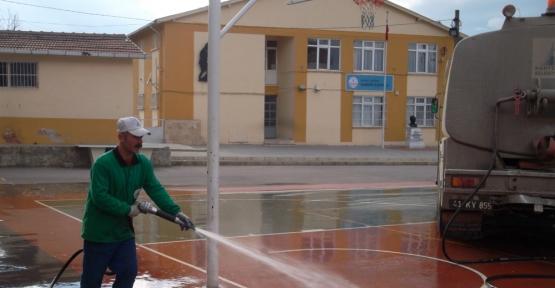 Kartepe'nin okul bahçeleri yıkandı