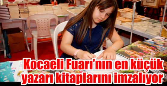 Kocaeli Fuarı'nın en küçük yazarı kitaplarını imzalıyor