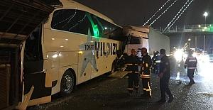 TIR, 2 Yolcu Otobüsüne Çarptı: 1'i ağır 8 yaralı