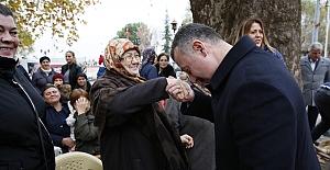 Annesinin Elini Öptü, Hayır Duasını Aldı