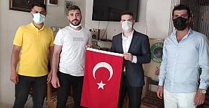AK Partili Gençlerden  Esnafa Türk Bayrağı!