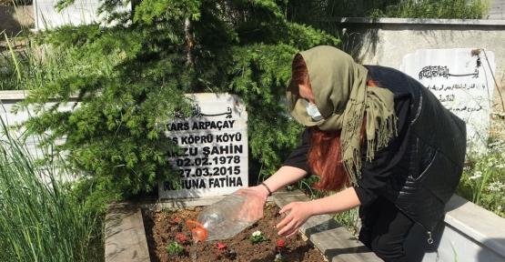 Başkan Özel İzin Çıkardı, Annesinin Mezarını Ziyaret Etti