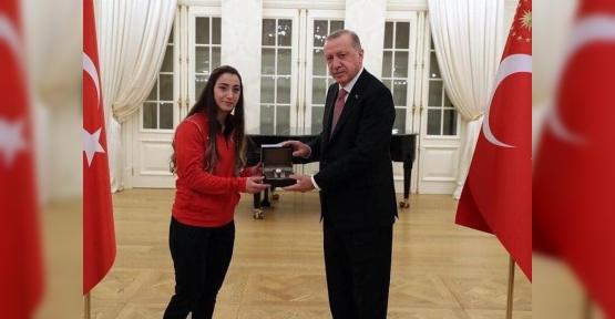 Cumhurbaşkanı Erdoğan  Körfezli Halterci Berfin'i Kutladı
