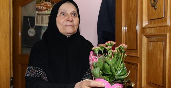 Mesafeleri Büyükşehir Kaldırdı, Çiçekler Annelere Ulaştırıldı
